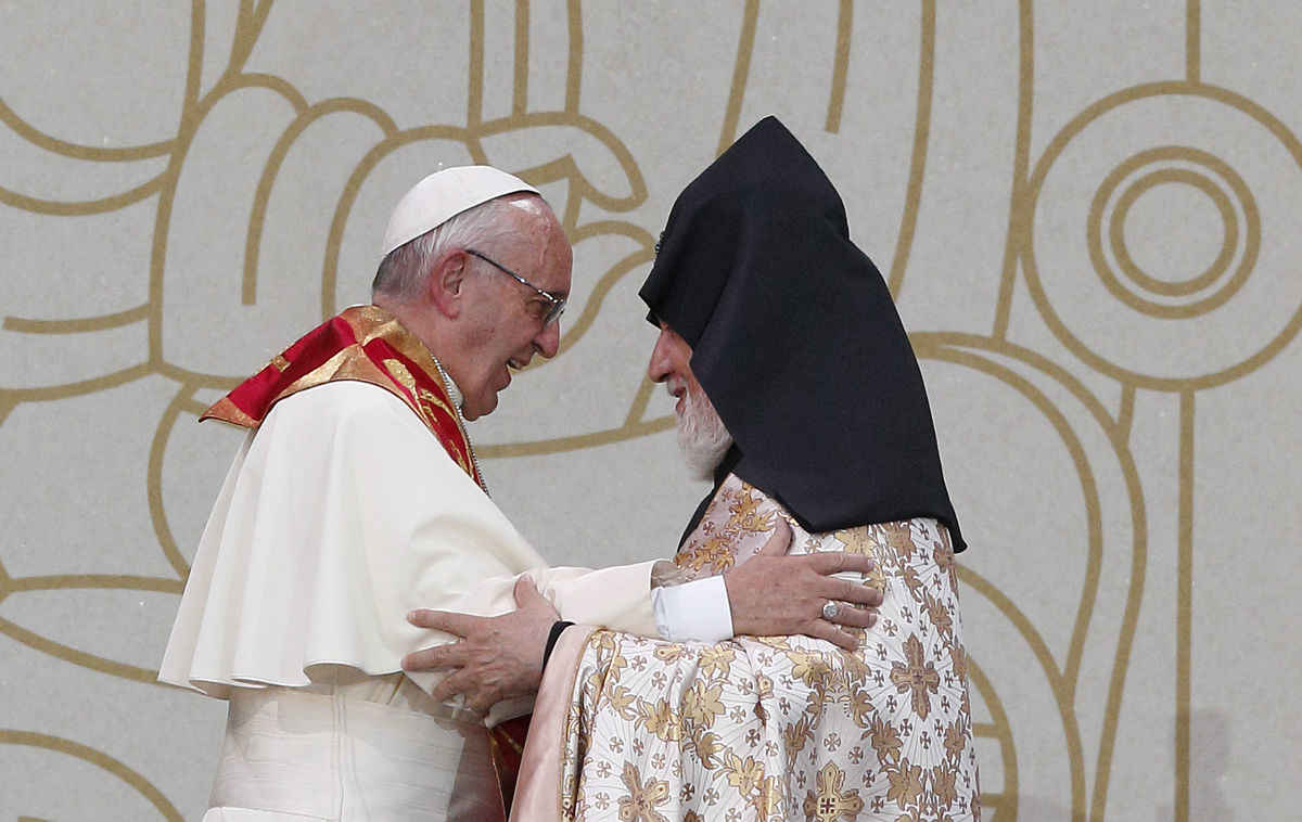 Pope Francis In Armenia Shows That Size Doesnt Matter Angelus