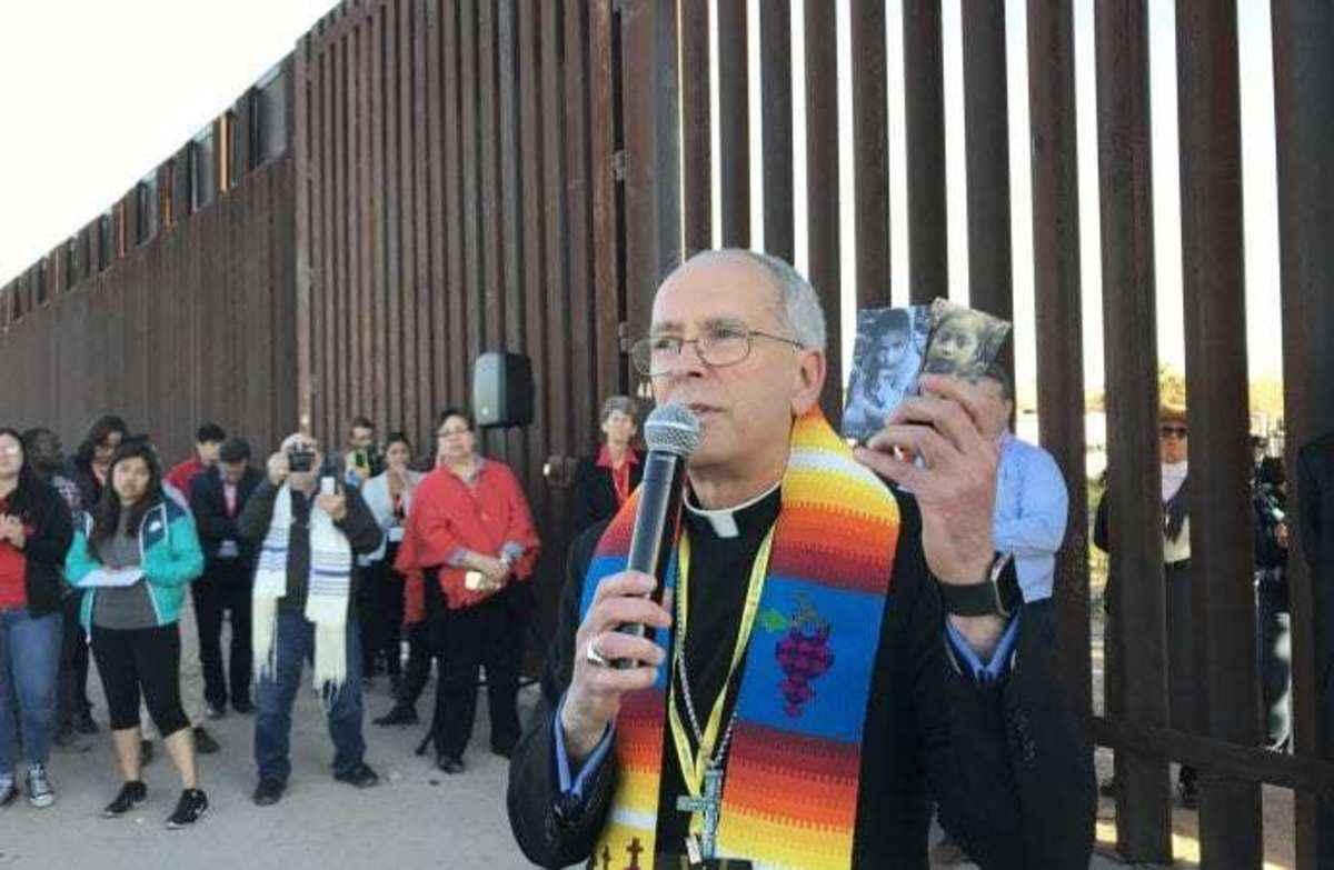 Escorts El Paso Tx >> Us Bishop Personally Escorts Asylum Seekers Across U S Mexico